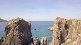山峭壁和蓝色海水空中风景从飞行寄生虫 在绿松石海水的美丽的岩石峭壁和 股票录像
