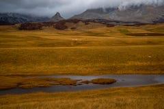 山峰和小湖 免版税库存图片