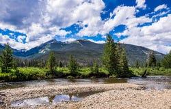 山峰和河 落矶山的美丽如画的本质 科罗拉多,美国 库存照片