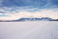 山峰和雪视图在冬时,高Tatras的 免版税图库摄影
