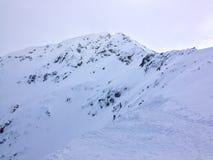 山峰在一多云天 库存照片