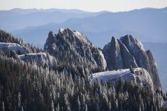 山峰在白天 免版税库存照片