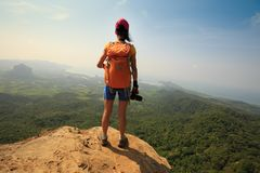 山峰的妇女摄影师 免版税库存照片