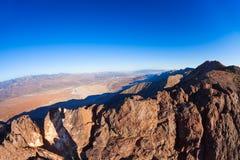 从山峰的看法在死亡谷全景 库存图片