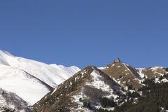 山峰背景的古老修道院  库存图片
