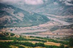山巴巴达格和河Girdimanchay拉赫季yolu看法在云彩的从边在Lahic村庄,阿塞拜疆 免版税图库摄影