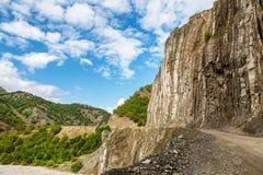 山巴巴达格和沿河Girdimanchay拉赫季yolu的一条泥泞的路看法从边在Lahic村庄,阿塞拜疆 免版税库存照片