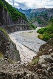 山巴巴达格看法和从边的一泥泞的河Girdimanchay拉赫季yolu在Lahic村庄,阿塞拜疆 免版税库存图片