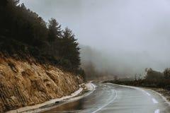 山弯曲的路乡下阿尔及利亚 免版税库存照片