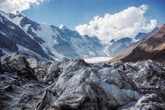 山惊人的看法环境美化与雪,俄罗斯联邦,高加索, 免版税库存图片