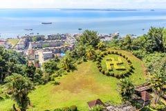 山打根与绿色草坪的镇风景印度counterclockwis的 图库摄影