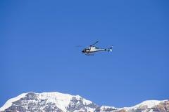 山抢救直升机在背景蓝天的喜马拉雅山 尼泊尔 库存图片