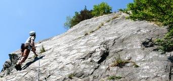 山指南一条平板石灰石上升的路线的攀岩运动员在瑞士的阿尔卑斯在一美好的天 免版税图库摄影