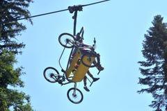 山推力的骑自行车的人 库存图片