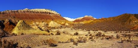 山断层块innatural公园` Altyn Emel `的全景 免版税库存图片