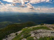 山景城,俯视密集的缅因森林, Mahoosuc范围 免版税图库摄影