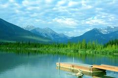 山景色,银朱的湖,班夫,亚伯大。 库存照片