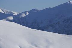 山有山滑雪者的风景全景 库存图片