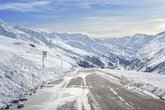 山有很多雪的柏油路在边和山sk 免版税库存图片