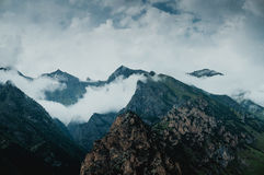 山有雾的岩石, chegem,俄罗斯 库存图片