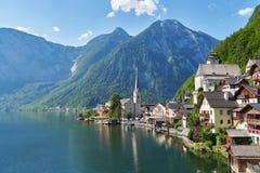 山村在奥地利阿尔卑斯 美好的光在夏天,萨尔茨卡默古特地区, Hallstatt,奥地利 中立颜色 图库摄影