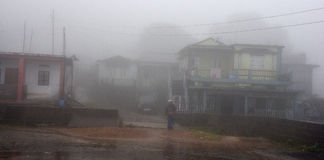 山村的薄雾 库存图片