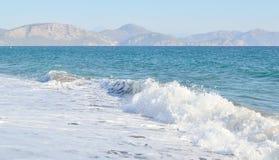 山构筑的海在风暴初 库存照片