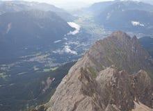 从山楚格峰, Ehrwald村庄的提洛尔的看法  免版税库存图片