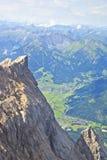 从山楚格峰, Ehrwald,奥地利村庄的提洛尔的看法  库存照片