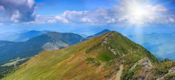山横向在夏天 库存图片