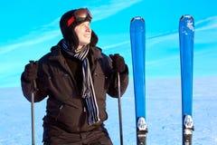 山横向的微笑的滑雪者人 免版税库存照片