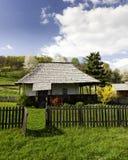 山横向的老房子 免版税库存照片