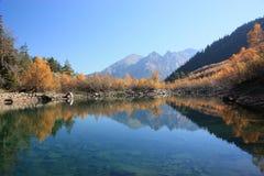 山横向,湖 库存照片