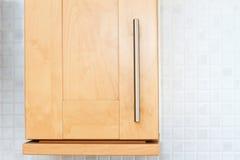 山毛榉木厨房碗柜在一个空白厨房里 免版税图库摄影