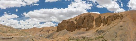 山沙漠谷风景在Manali - Leh路的喜马拉雅山在拉达克 免版税库存图片