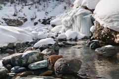山河冬天风景有石头和小结冰的瀑布的 库存照片