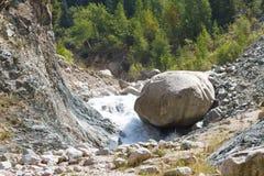 山河和一块大石头 库存照片