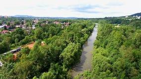 山河和绿色河岸从上面 股票视频