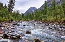 山河在一个多云夏日 免版税库存图片