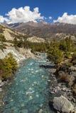 山河在喜马拉雅山,安纳布尔纳峰电路足迹在尼泊尔 免版税库存图片