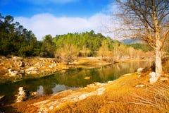 山河在晴朗的冬日 Muga,加泰罗尼亚语比利牛斯 库存图片