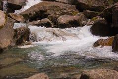 山河的小河从四季不断的冰川上升 图库摄影