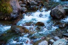 山河的石底部 免版税库存图片