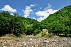 山河的被弄脏的河岸 库存照片