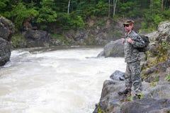 山河的远足者 免版税库存照片