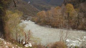 山河的风景,水,光滑的石头迅速流程  股票视频