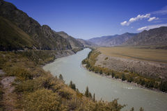 山河谷全景风景 蓝色覆盖天空 免版税库存照片