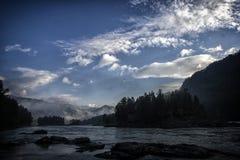 山河谷全景风景 蓝色覆盖天空 库存图片