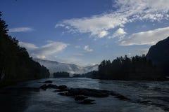 山河谷全景风景 蓝色覆盖天空 免版税图库摄影