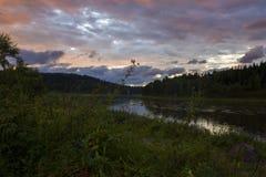 山河谷全景风景 蓝色覆盖天空 库存照片